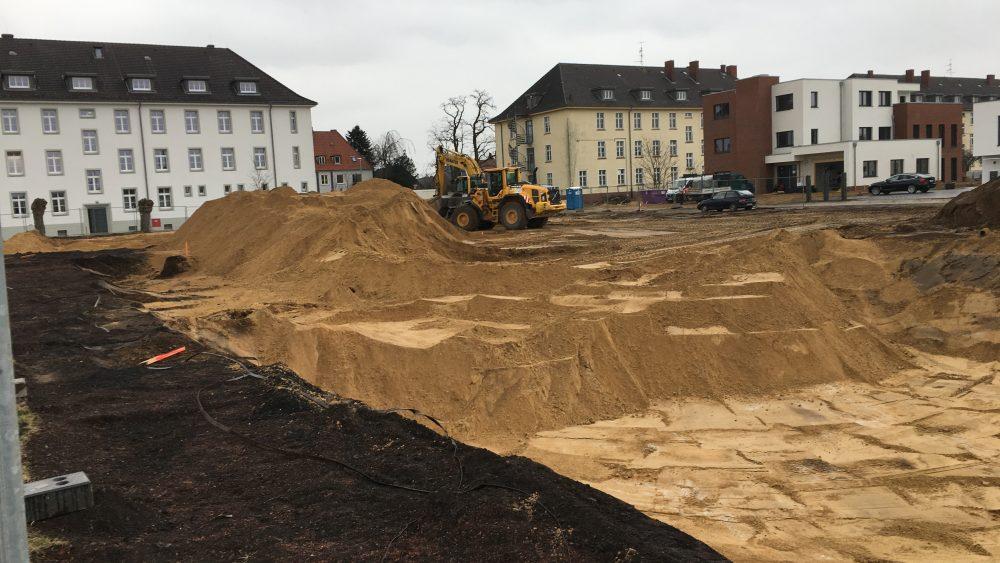 Aushub und Sandhaufen auf der Baustelle des Green Office Building Osnabrück