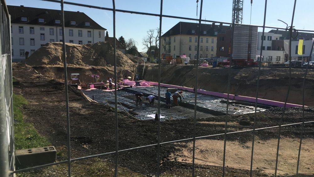 Hier wird bald die Sole gegossen. Noch ist man fleißig dabei, die Vorbereitungen zu treffen und den Stahl einzubringen - aber bald wird das Fundament gelegt für das schicke Green Office Building Osnabrück!
