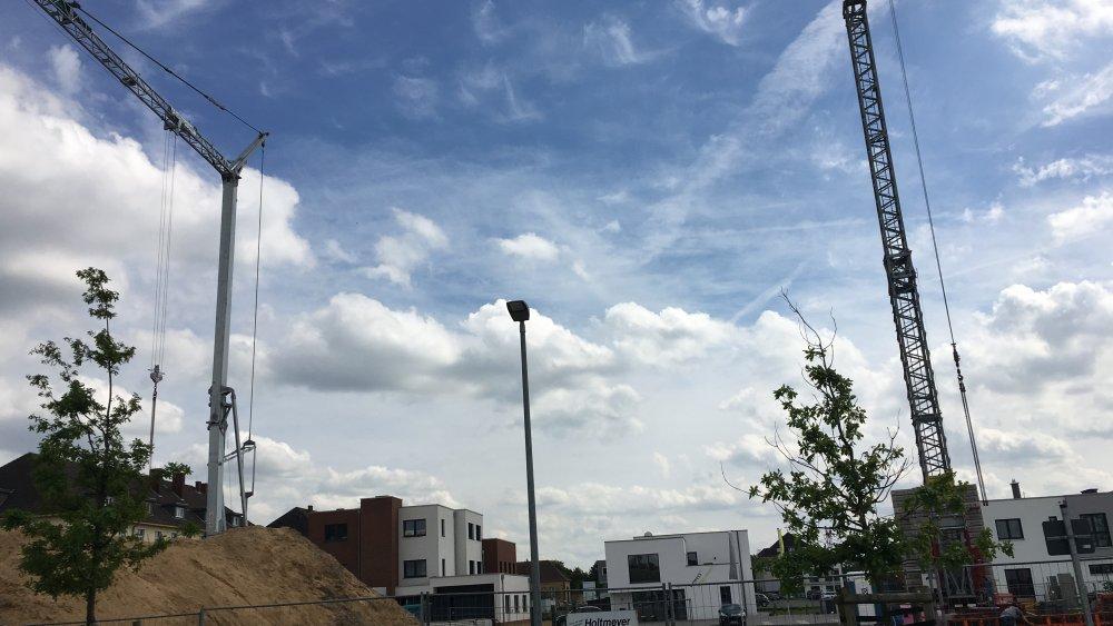 Zwei Kräne, blauer Himmel und Wolken über der Baustelle des Green Office Building Osnabrück!