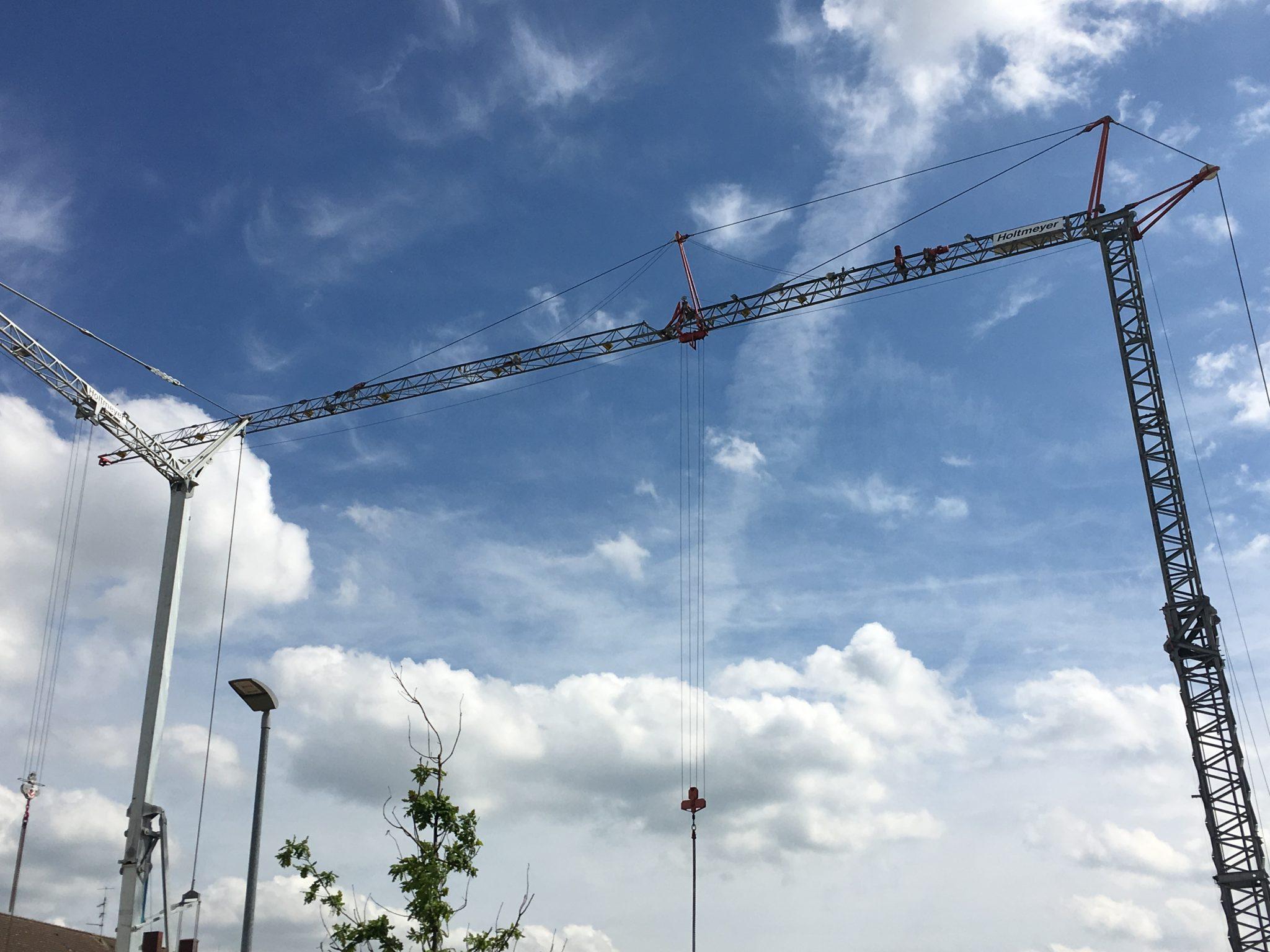Da tanzen zwei Kräne nun auf der Baustelle des Green Office Building Osnabrück - nun kann es richtig rund gehen auf der Baustelle! Prima!