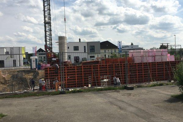 Es geht kräftig voran am Green Office Building Osnabrück. Hier werden die Schalungen für die Kellerwände errichtet und auch schon mit dem ersten Beton verfüllt.