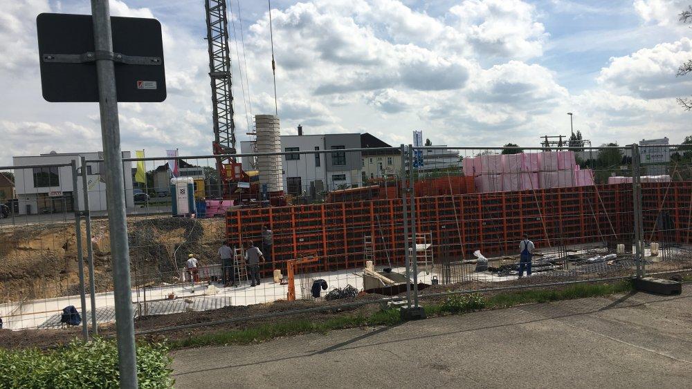 Endlich - nun geht es auch daran, dass sichtlich etwas nach oben wächst. Die ersten Schalungen für die Kellerwände stehen am Green Office Building Osnabrück.