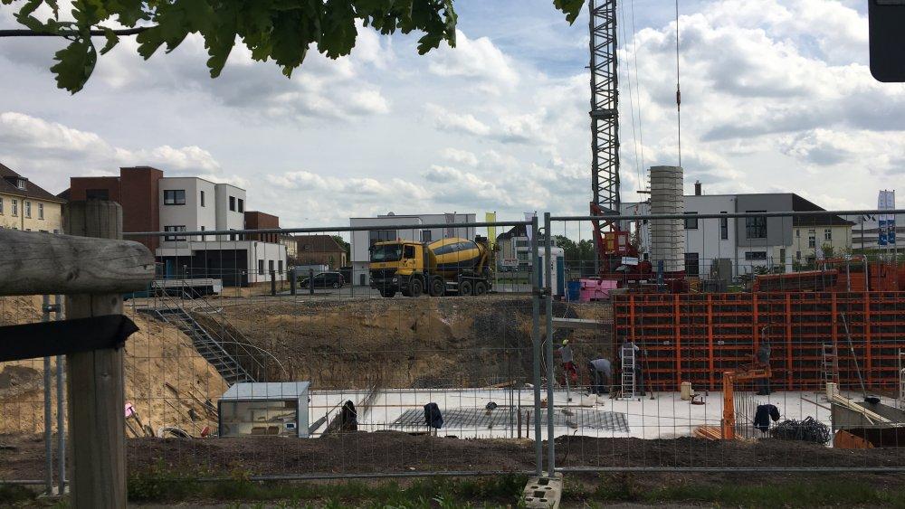 der nächste Beton rollt an - und fährt natürlich nicht über die Kante hinaus - hier wird professionell und Hand in Hand geschafft - für das Green Office Building Osnabrück