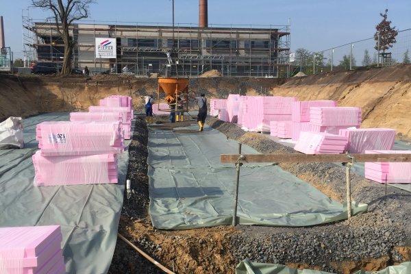 Der Baukran spielt nun eine tragende Rolle - es geht los! Am Green Office Building Osnabrück wird der erste Beton gegossen.