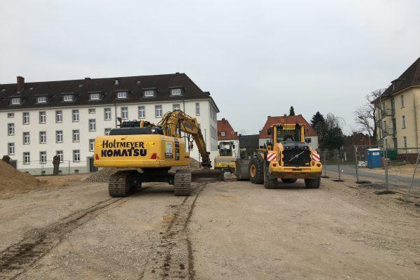 Schweres Gerät auf dem Bauplatz des Green Office Building Osnabrück - hier sieht es bald anders aus!