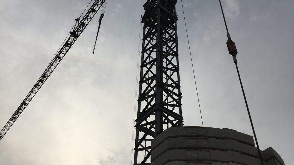 Er steht - der Baukran ist angekommen. Bild mit Abendsonne am Green Office Building Osnabrück