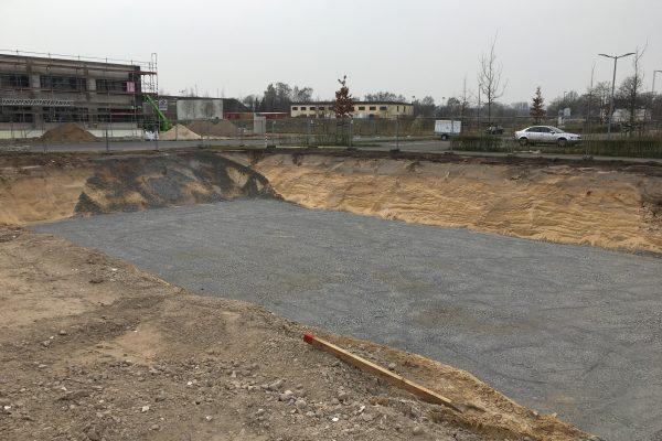 Die Baugrube ist ausgehoben und wird für den Rohbau vorbereitet
