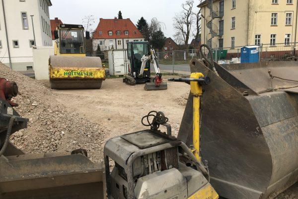 Für heute ist Feierabend an der Baustelle für das Green Office Building Osnabrück - Großer und Kleiner Bruder haben sich die Pause bis morgen verdient.