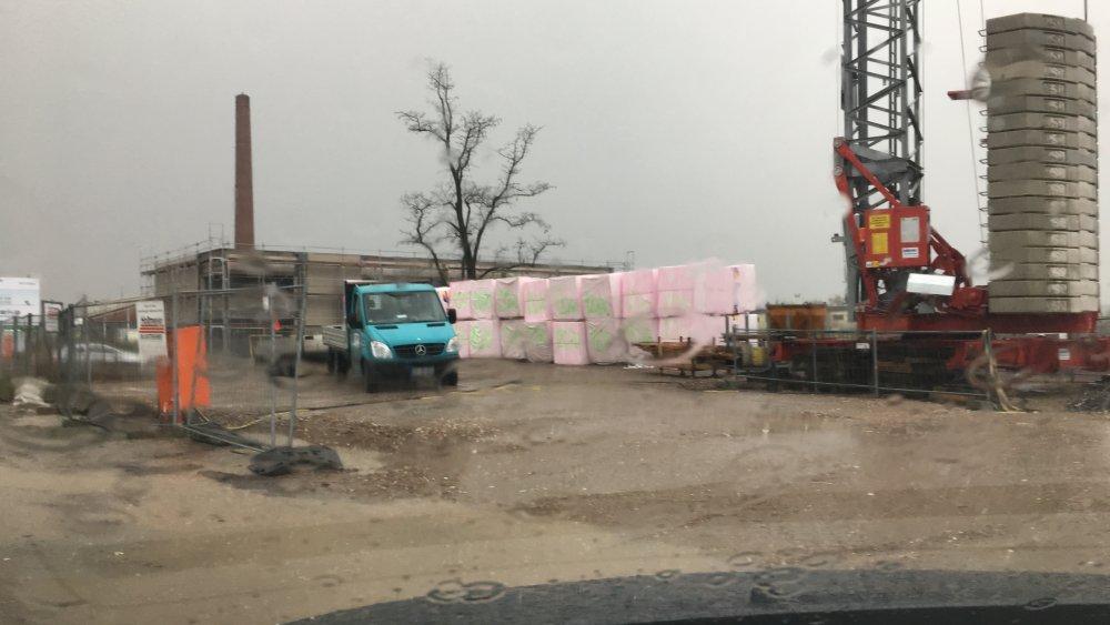 Das erste Material für die Baustelle ist da - zum glück noch gut verpackt gegen das Schiet-Wetter das aktuelle auf der Baustelle für das Green Office Building Osnabrück herrscht.