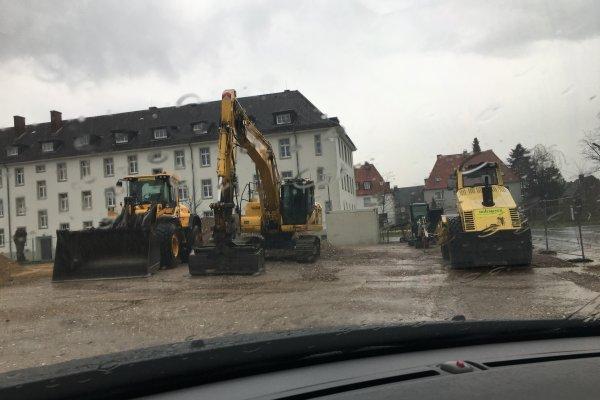 Friedlich und gut geparkt - an der Baustelle für das Green Office Building Osnabrück hat das schwere Gerät jetzt Wochenende!