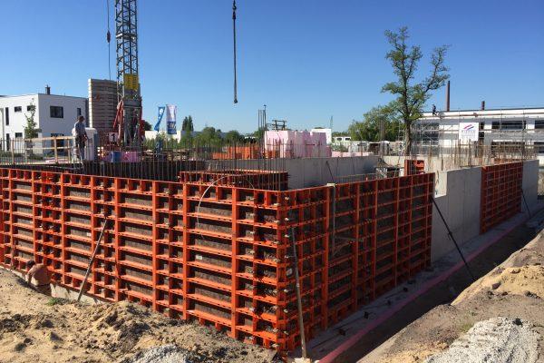Da lacht nicht nur die Sonne - es freut sich auch der Bauherr: Bei idealen Bedingungen werden die Betonwände für das UG gegossen. Top!