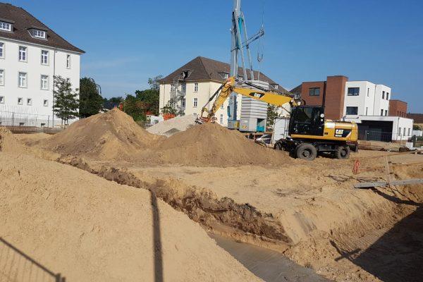Wenn auch nicht so intensiv wie beim Untergeschoss - aber auch hier für die Fundamente des rechten Gebäudeflügels ist der Bagger noch mal an der Baustelle des Green Office Building Osnabrück aktiv.