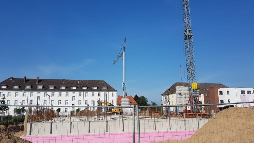 Herrliches Wetter und ein Blick über die vordere Gebäudefront bis nach hinten wo nun auch die Fundamente für den rechten Flügel des Green Office Building entstanden sind. Im Hintergrund links das Gebäude des Finanzamt Osnabrück Land.