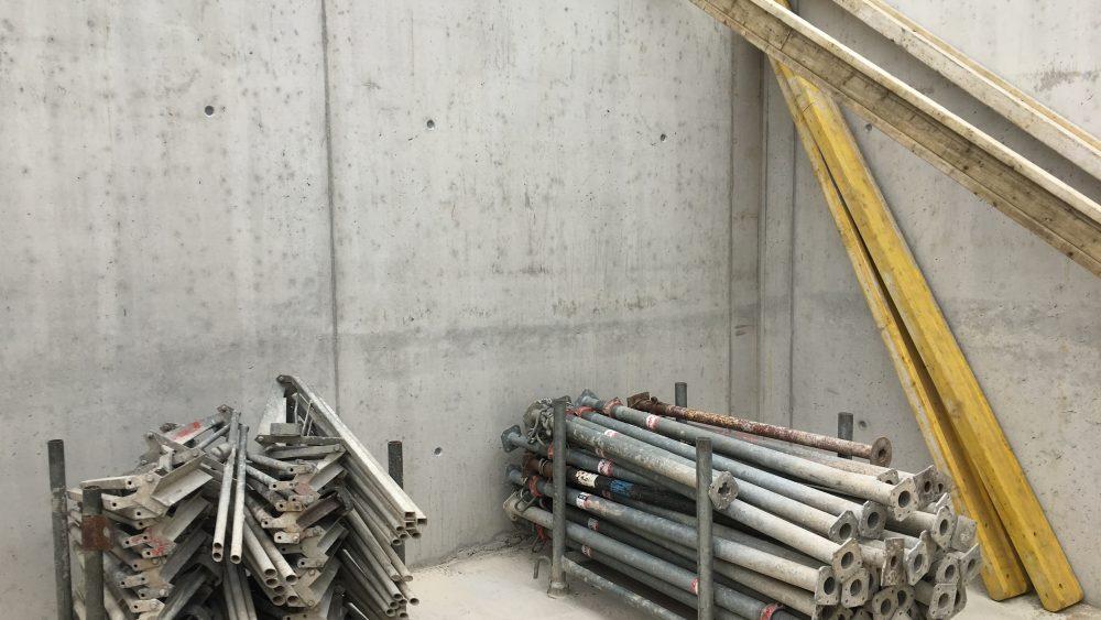 Noch sind im UG die letzten Bauelemente verstaut - die holt der Kran noch raus bevor die Geschossdecke drauf kommt.