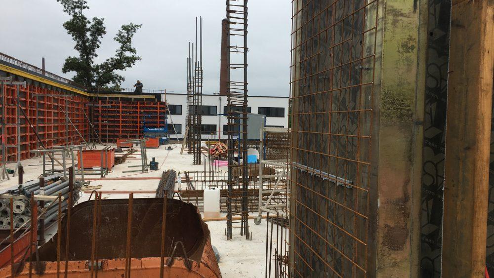 """Die ersten Schalungen des Erdgeschosses stehen. Es geht von der linken Vorderseite aus los - bald wird hier sichtbar, wie viel Fläche wir insgesamt """"umbauen""""."""