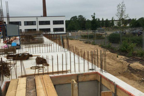 Die Vorbereitungen für das EG laufen - hier der Blick über das zukünftige Treppenhaus zur Winkelhausenstraße und unseren neuen Nachbarn im Hintergrund