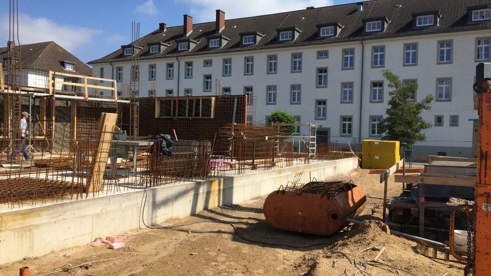 Der Blick auf die ehemaligen Kasernen-Gebäude welche jetzt vom Finanzamt OS-Land genutzt sind wird sich durch das Green Office Building noch maßgeblich verändern. Hier entsteht das EG, dann geht es ja noch weiter nach oben!