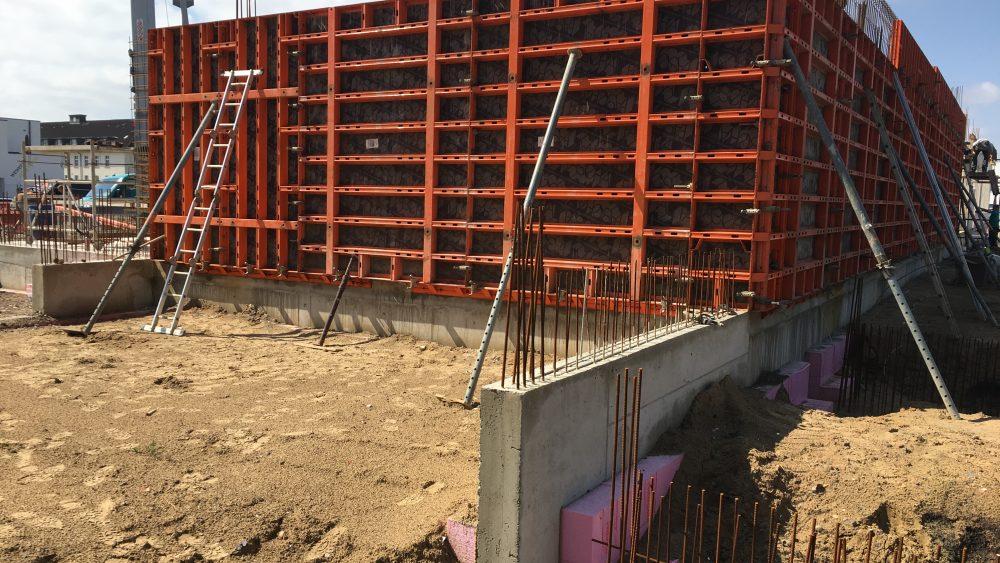 Hier die Schalungen an der Rückseite des EG. Vor der Wand die hier entsteht finden sich später überdachte Fahrradstellplätze