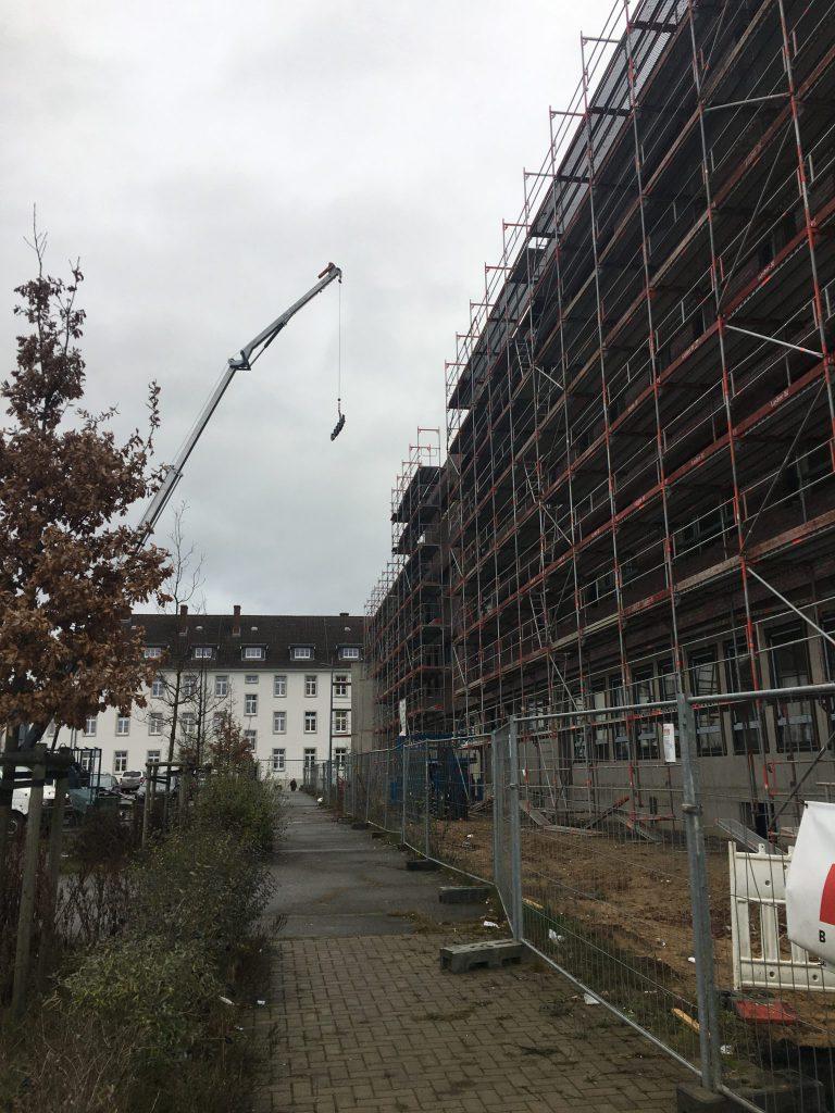 Entlang der Rückseite des Gebäudes blickt man hinten auf das Finanzamt Osnabrück Land. Der Fußweg wird am Ende als solcher erhalten bleiben.