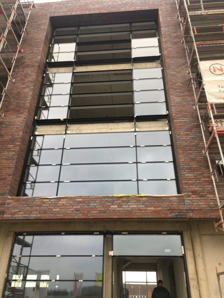Der Eingangsbereich des Green Office Building Osnabrück ist unserem Architekten super gelungen! Das finden wir zumindest! Sehr schick wirkt die Glasfassade die leicht hinter dem Klinker zurück spring. Das sieht klasse aus!