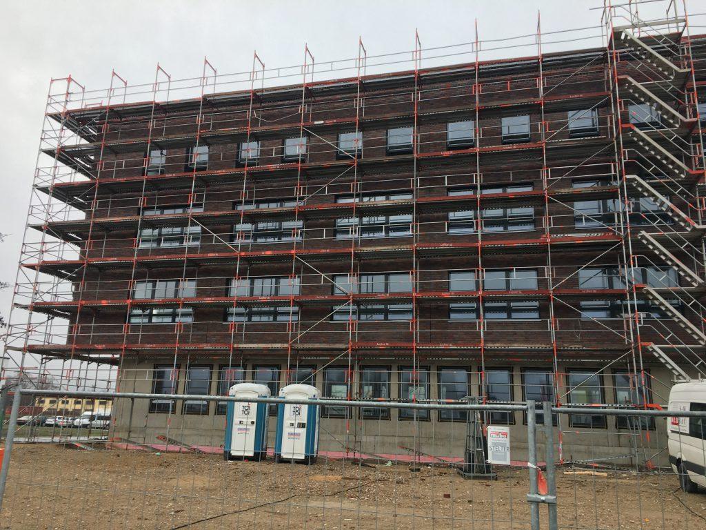 Her der Blick von vorn auf die linke Gebäudeseite. Der linke Flügel des Green Office Building Osnabrück ist fast komplett dicht - die Fenster sind fast alle eigebaut.